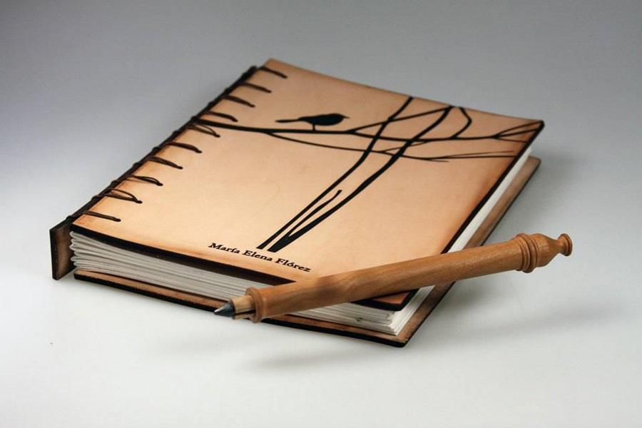 Corte y grabado de cubierta en cuero