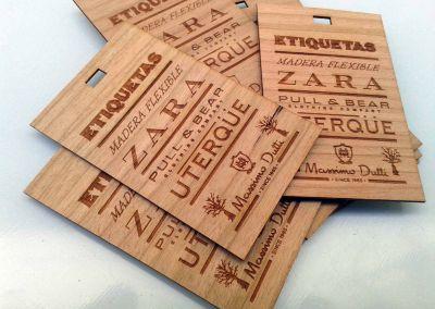 Etiquetas talladas en madera