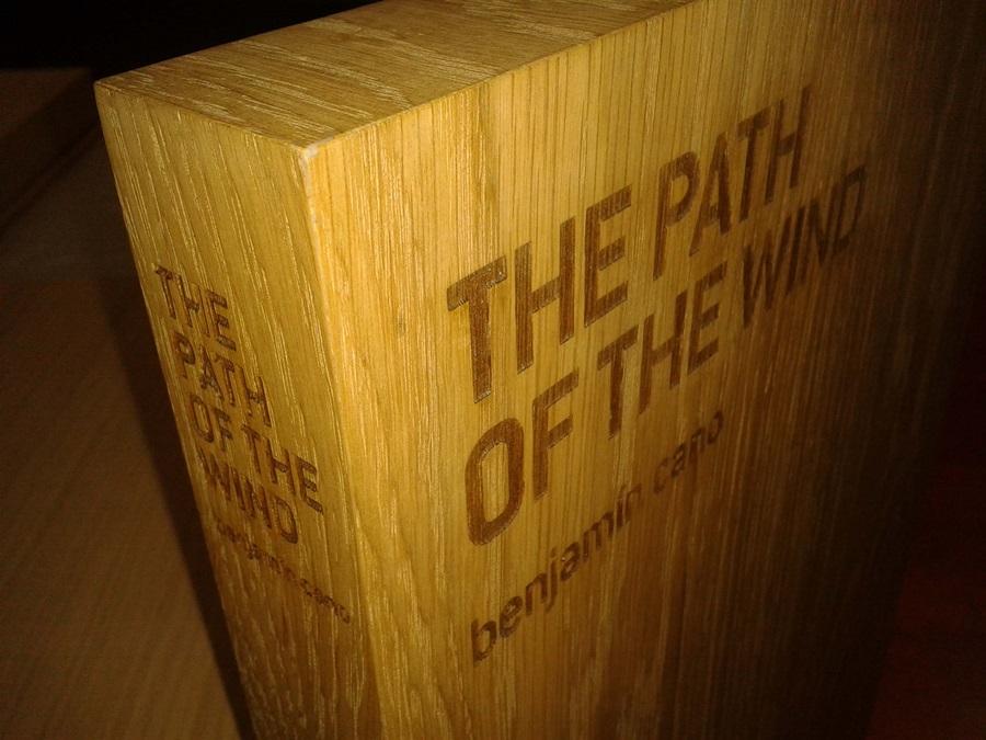 Grabado en contenedor de madera