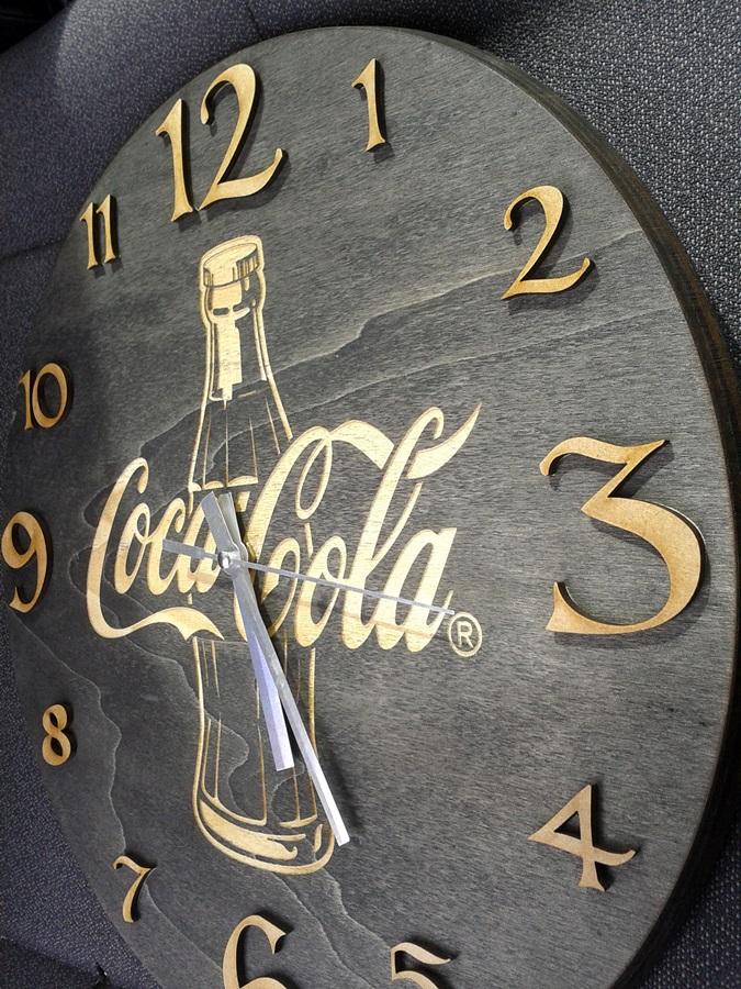 Reloj cortado y tallado en madera